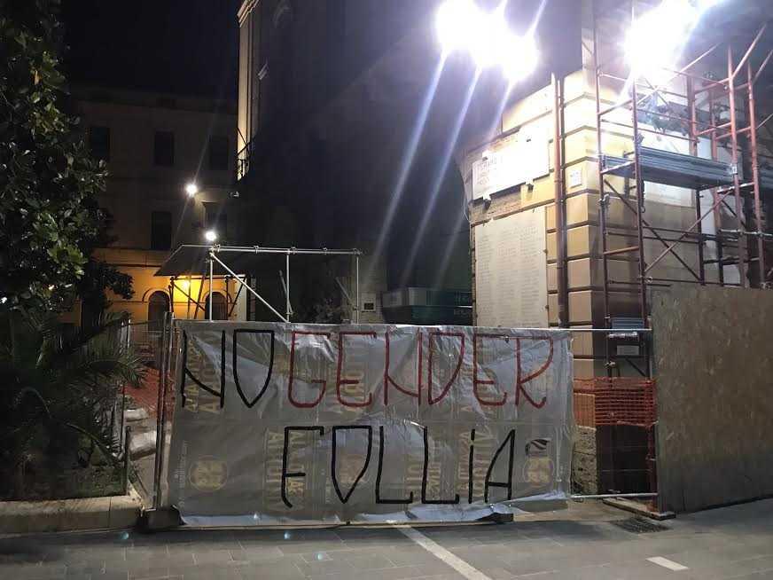 """STRISCIONE """"NO GENDER FOLLIA"""" DI FRATELLI D'ITALIA – GIOVENTU' NAZIONALE: A TERAMO DERIVA IDEOLOGICA DEL CENTROSINISTRA"""