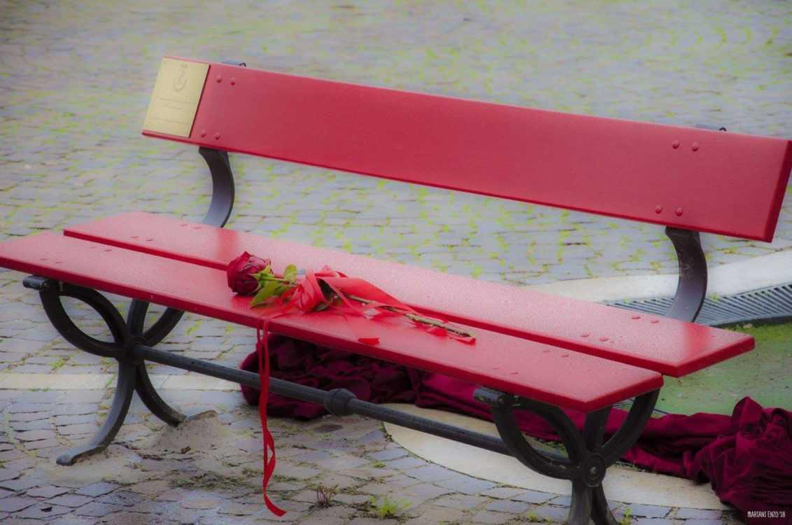 Violenza donne: il CUG dona panchina rossa a Giunta regionale
