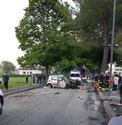 Sant'Egidio, auto finisce contro un albero travolgendo un pedone: gravi due giovani