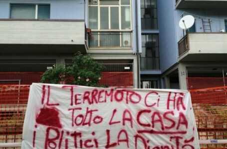 Colleatterrato, gli sfollati rivogliono le case: prosegue la protesta delle lenzuola bianche
