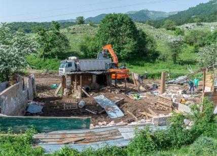 Parchi: in Abruzzo demolito un agglomerato di baracche abusive tra praterie