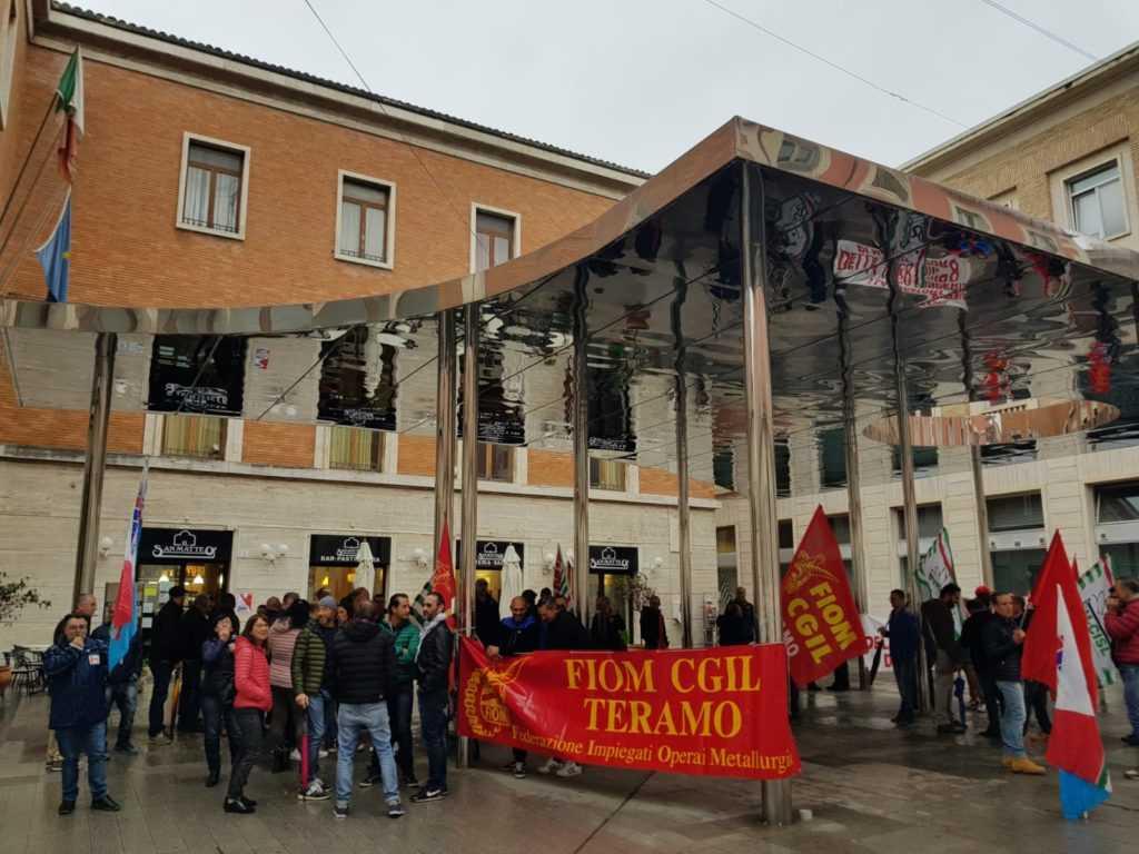FOTO e VIDEO   Teramo, protesta metalmeccanici: vertenze Selta, Atr e Veco ferme. È un allarme sociale!