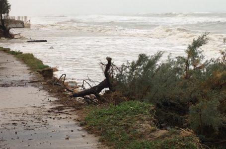 FOTO   Pineto, costa nord flagellata da mareggiate: il M5S torna a sollecitare realizzazione barriere