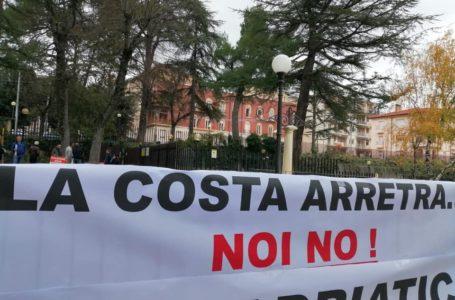 FOTO  e VIDEO | Danni costa, protesta di Sindaci, operatori e balneatori in Emiciclo: Alba Adriatica comune più colpito