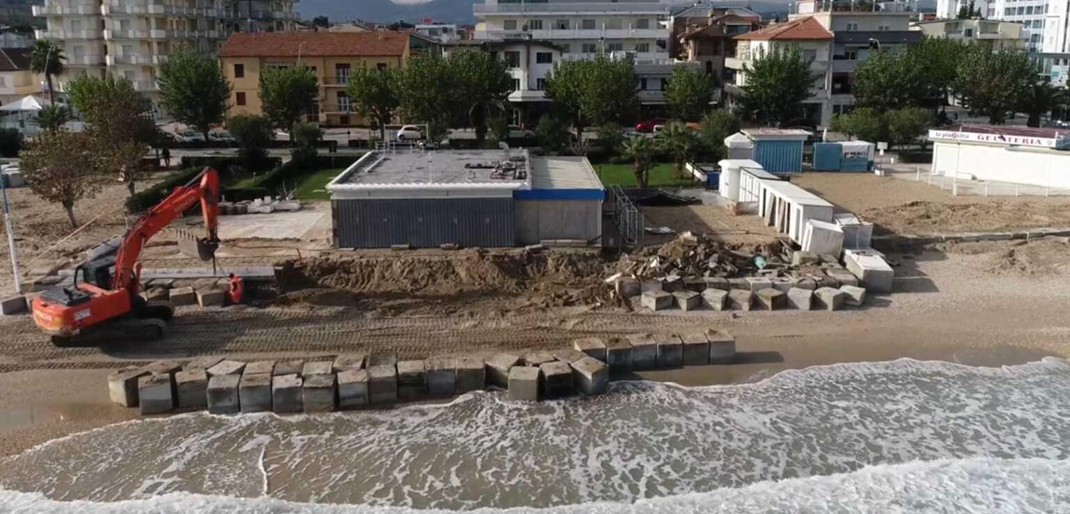 VIDEO | Alba Adriatica, lavori di protezione dalle mareggiate visti dall'alto