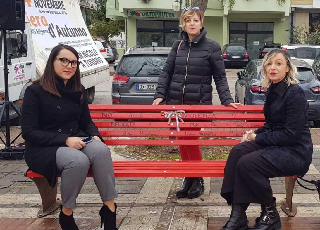 FOTO e VIDEO | San Nicolò, inaugurata la Panchina Rossa contro la violenza sulle donne
