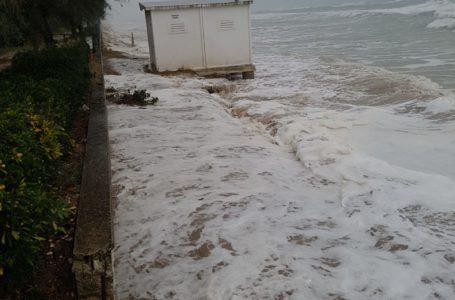 FOTO e VIDEO   Pineto, mareggiata danneggia pista ciclabile: protezione civile sul posto. Comune chiede intervento della Regione