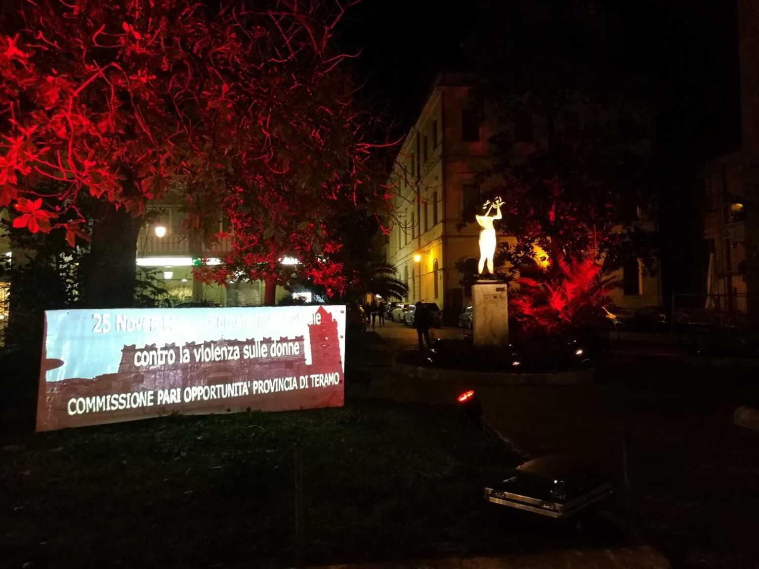 Teramo, contro la violenza sulle donne piazza Orsini illuminata di rosso