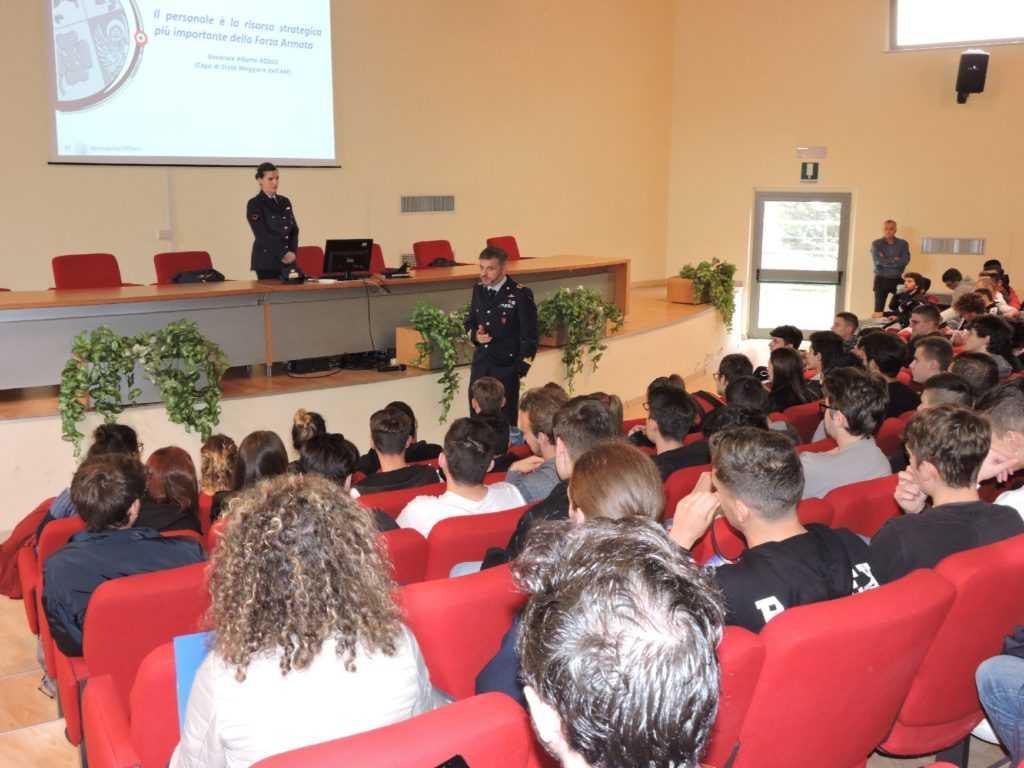 """Scuola, gli studenti dell'Istituto """"Alessandrini-Marino"""" incontrano ufficiali dell'Aeronautica Militare di Pratica di Mare"""