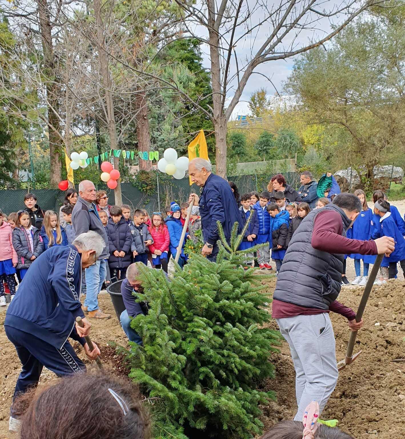 FOTO | Castellalto, festa dell'albero nella scuola primaria di Petriccione: protagonisti indiscussi i piccoli alunni