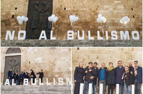 FOTO | Teramo dice No al Bullismo: flash mob sulle scalinate del Duomo