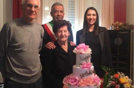 L'atriana Anna Cantoro compie 104 anni: l'amministrazione Ferretti la omaggia con dei fiori