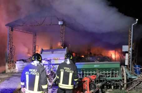FOTO | Violento incendio in un capannone a Cermignano