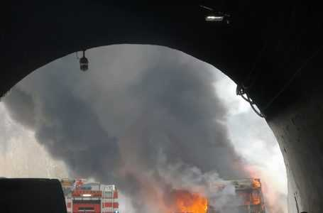 Bus in fiamme su A24,  30 passeggeri in salvo e rogo domato