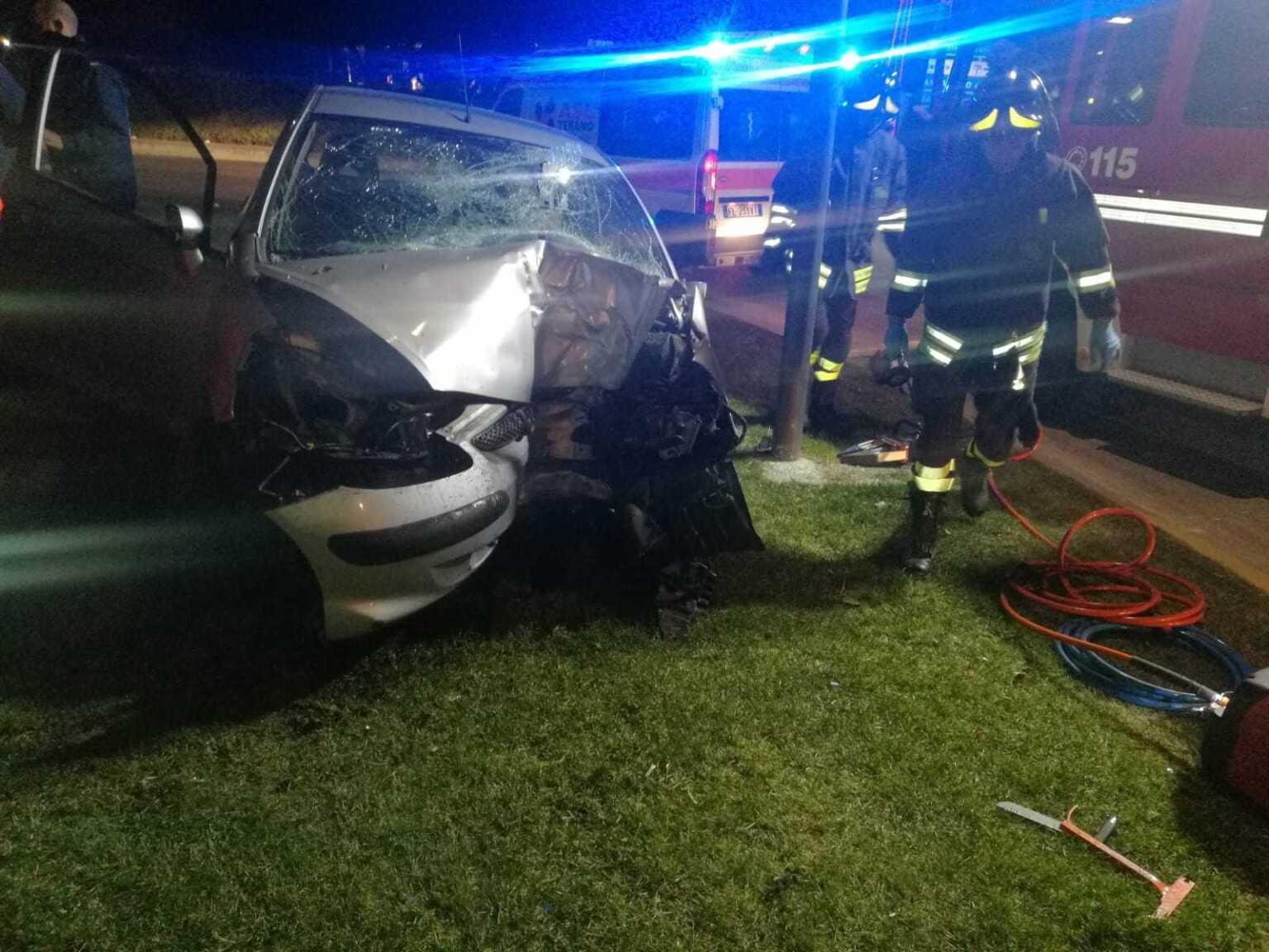 Sant'Egidio, finisce con l'auto contro un albero: morto 49enne