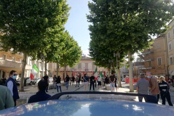Mascherine tricolori, sesto sabato in piazza a Sant'Egidio alla Vibrata: non si ferma la protesta contro il governo Conte