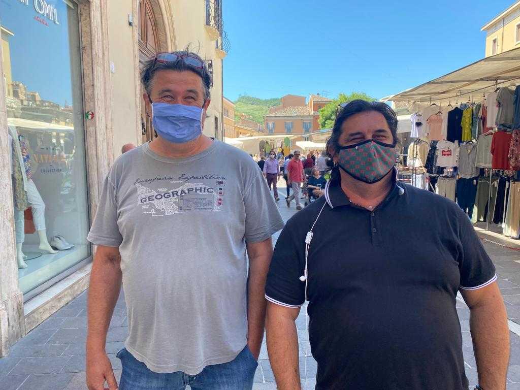 Pineto, 80 ambulanti per protesta disertano il Mercato: contro-protesta di un commerciante con la sua bancarella