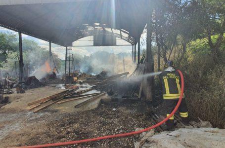FOTO   Sant'Omero, scoppia una bombola GPL in un garage e l'incendio raggiunge un capannone: illesa una famiglia