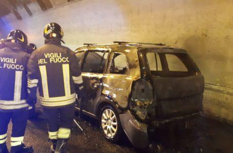 Silvi, auto a fuoco in galleria sull'A14: salvo conducente, traffico in tilt