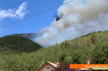 FOTO | Incendi L'Aquila, operazioni su Monte Pettino per salvaguardare le abitazioni