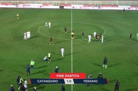 Calcio C, a Catanzaro il Teramo perde l'imbattibilità: l'1-0 lo firma Carlini