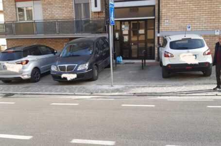 Teramo, segnaletica stradale ostacola uscita in un palazzo della Cona: condomini protestano