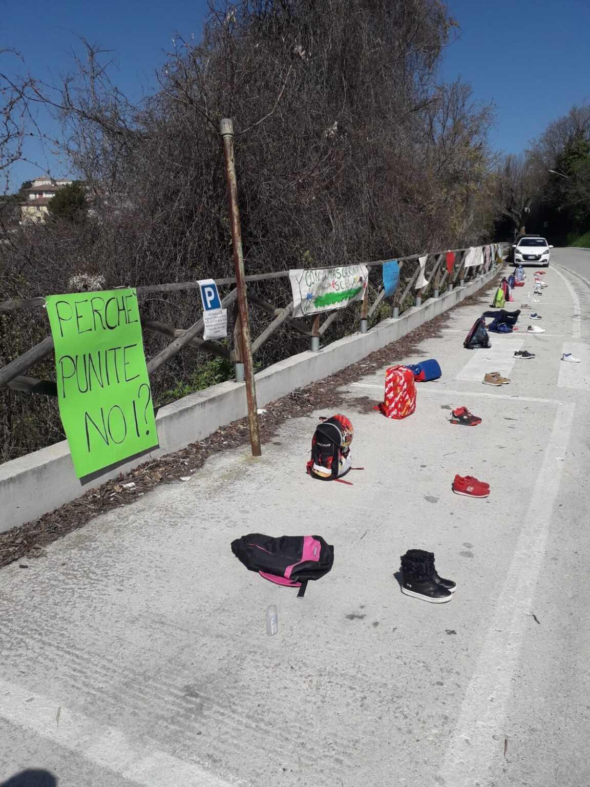 FOTO |Colonnella, davanti alla scuola per la riapertura. L'iniziativa