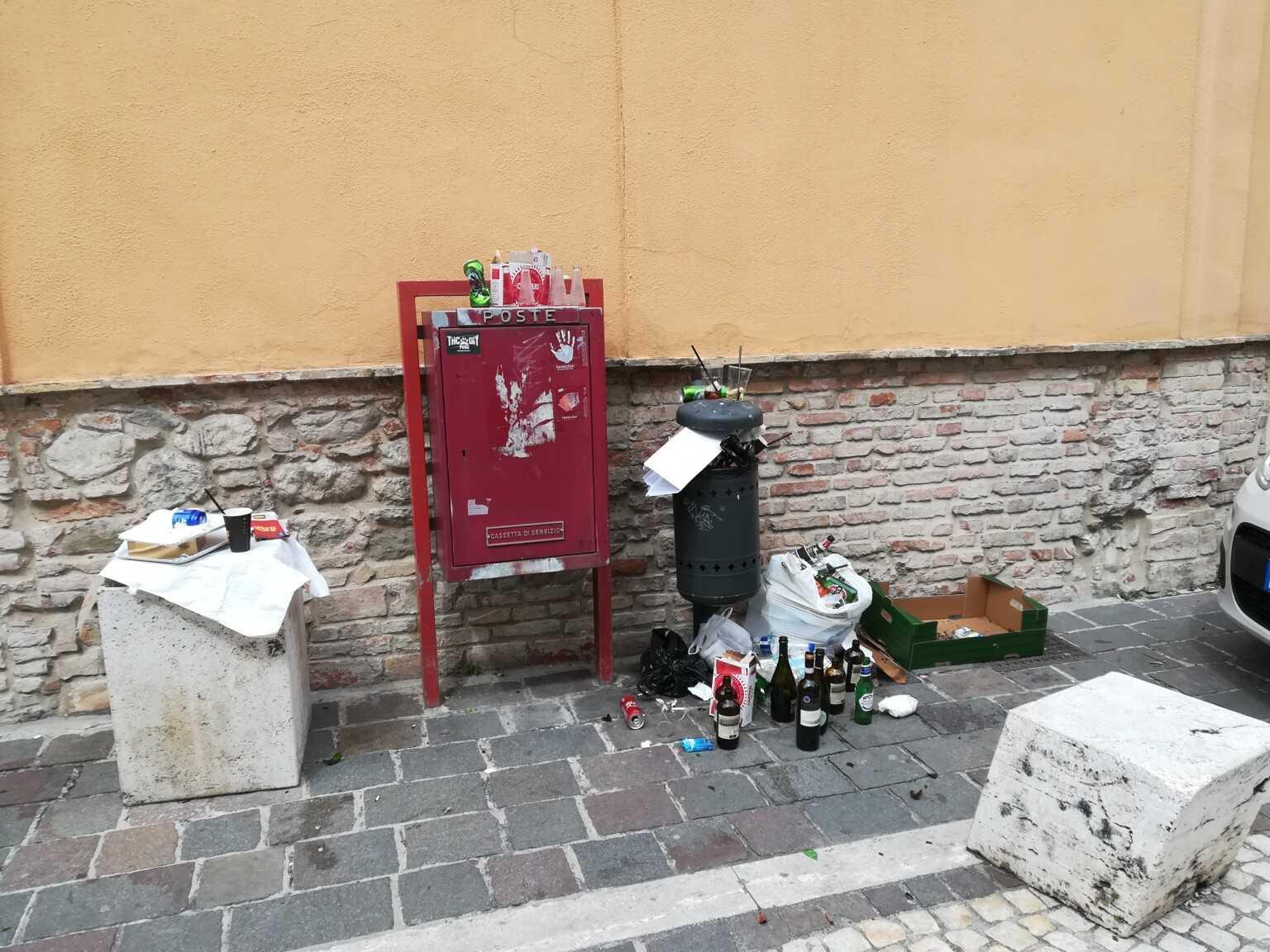 Teramo: Piazza Sant'Agostino post sabato sera