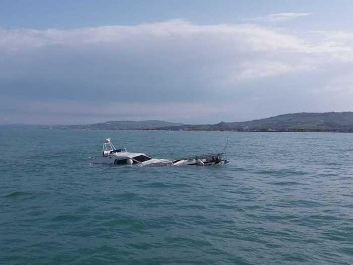 Guardia costiera soccorre 2 naufraghi da una barca in fumo