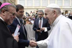 Istruzione: donati a Papa Francesco gli atti del convegno su scuola e adolescenti