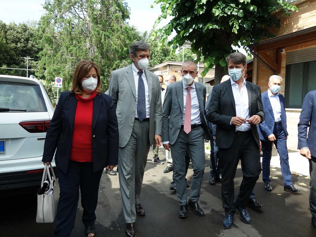FOTO | Il Sottosegretario alla SaluteAndrea Costa in visita nella sede dell'IZS dell'Abruzzo e del Molise