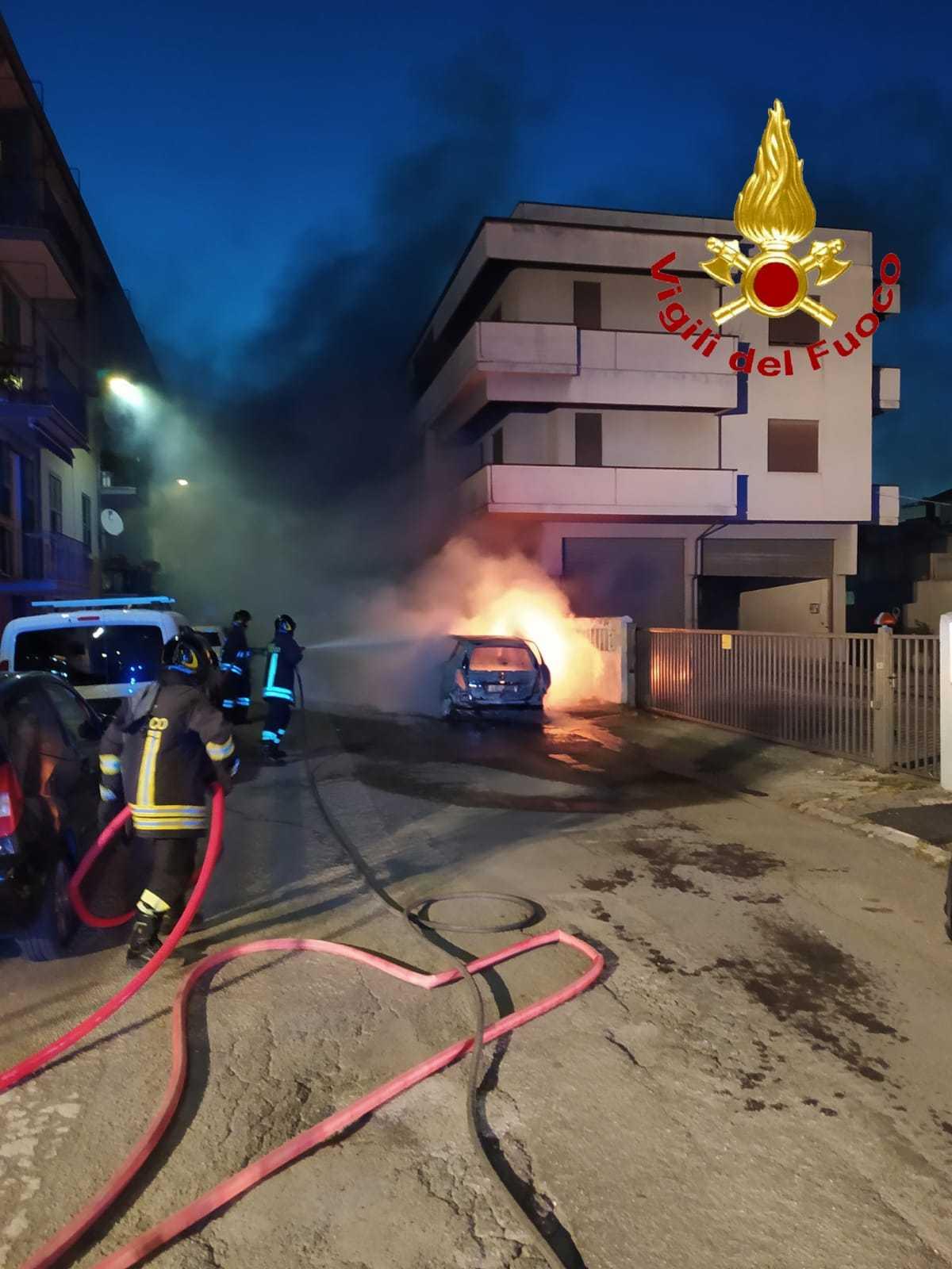FOTO | Teramo, incendio in via Tirso danneggia 6 autovetture