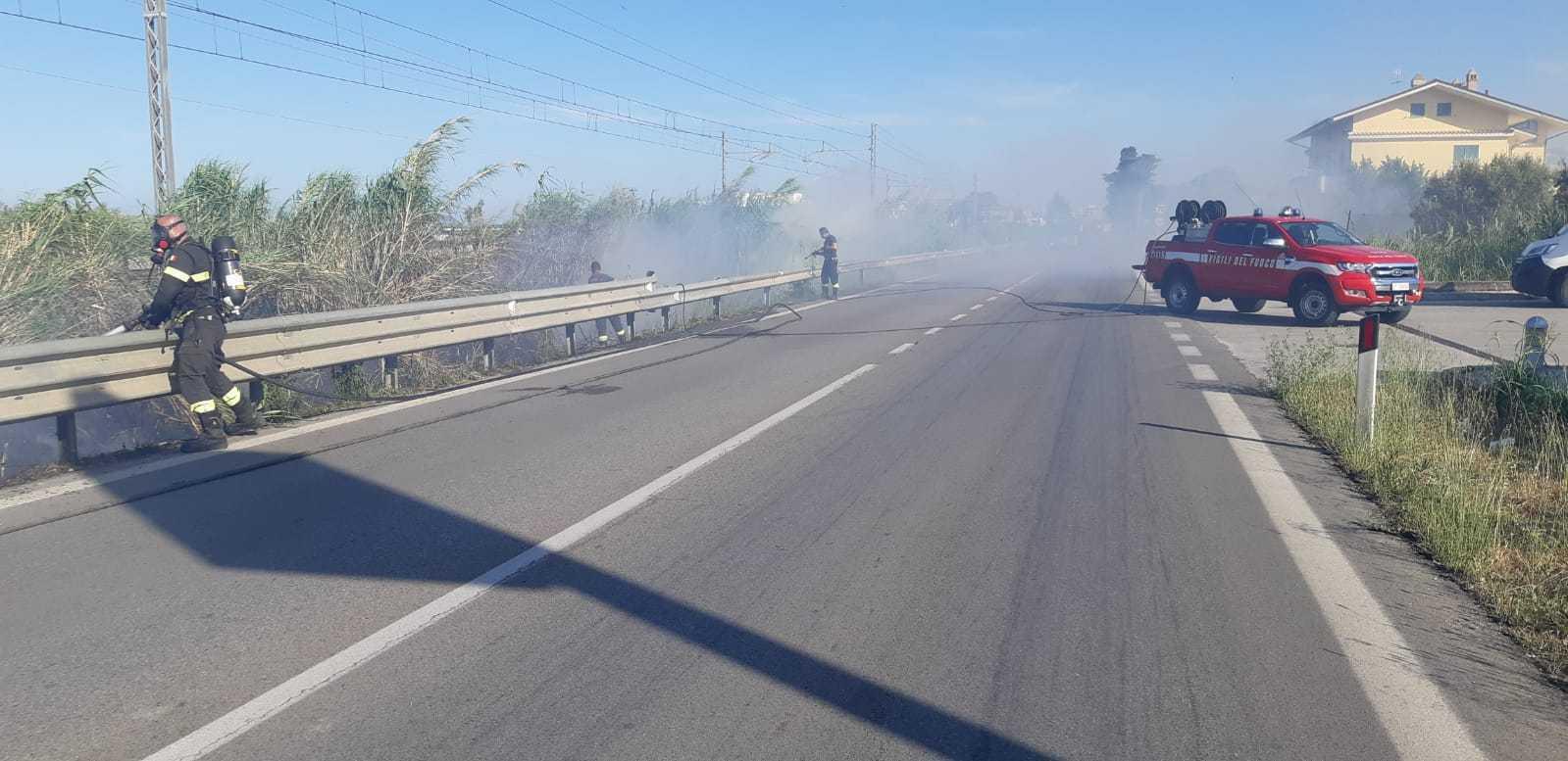 Incendio nei pressi della ferrovia tra Silvi e Pineto: la causa lo scintillio di un treno