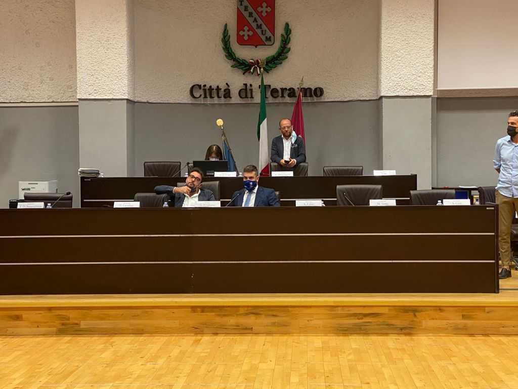 Teramo, il Consiglio comunale rende omaggio a due concittadini scomparsi di recente