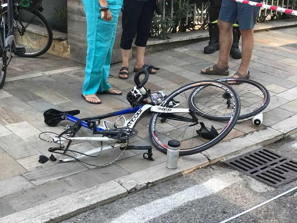 Alba Adriatica, incidente stradale sul Lungomare: urtano una bicicletta e finiscono contro un palo