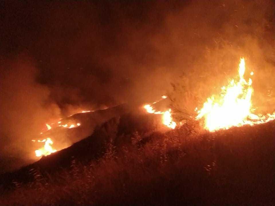 FOTO e VIDEO | Incendio a Castellalto: a fuoco nella notte 30 ettari di bosco e sterpaglie. Sul posto il Canadair