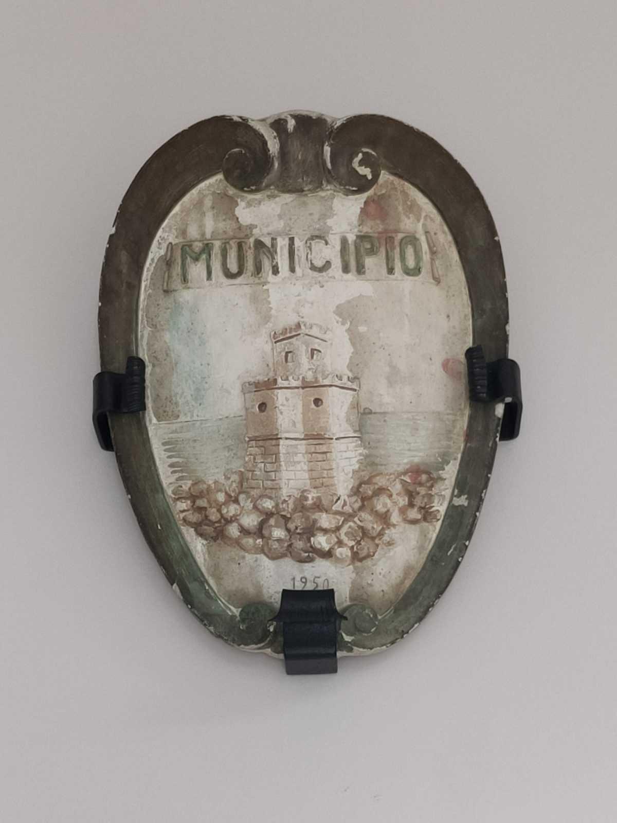 Silvi, tornato alla luce il vecchio stemma comunale durante i lavori nel seminterrato. Sarà collocato nel Palazzo di città