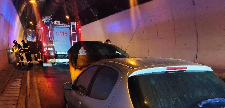 FOTO| Auto a fuoco sotto il traforo del Gran Sasso, illese le tre persone a bordo