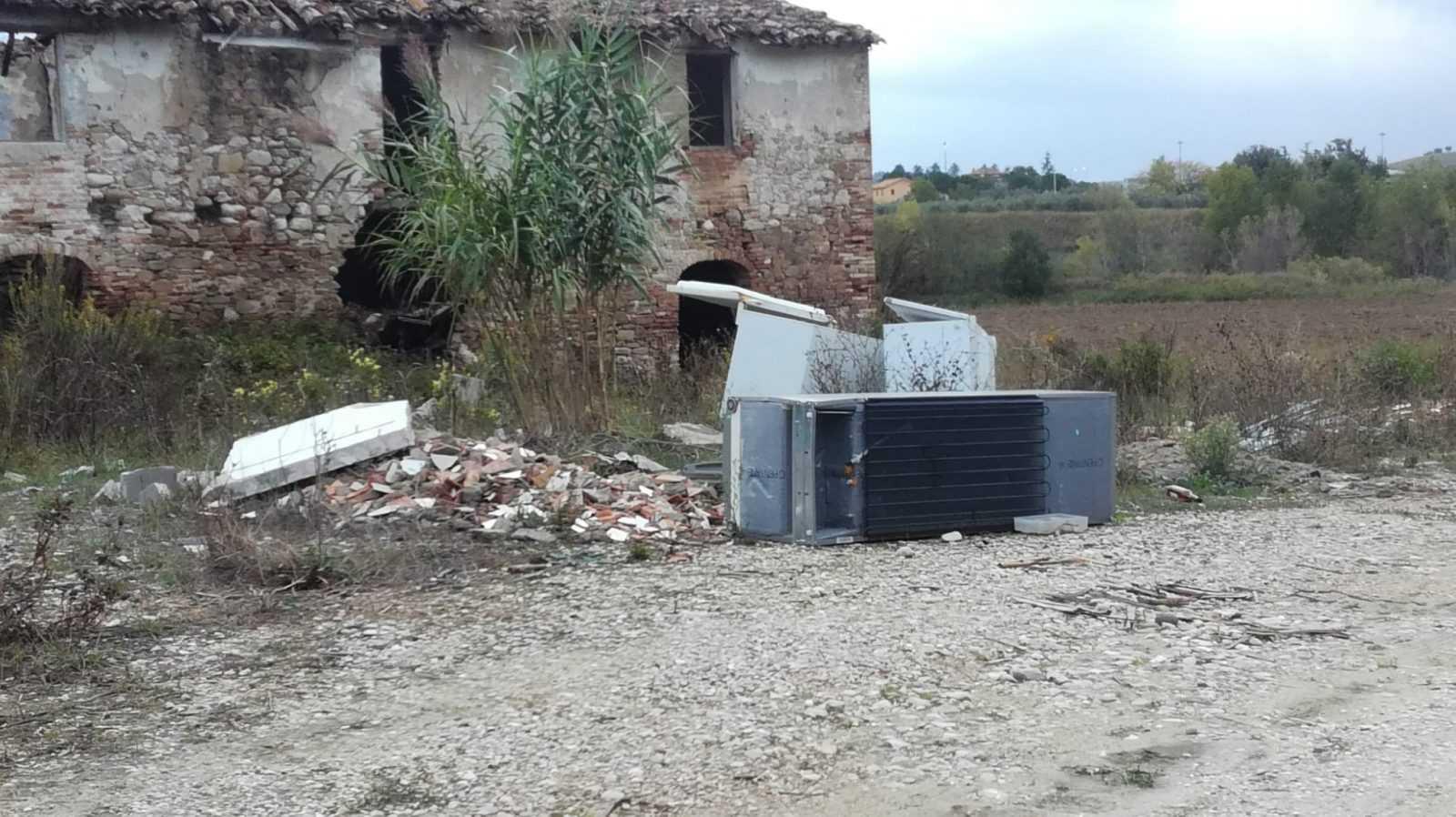FOTO | Teramo, ancora discariche abusive in località Fiumicino e Zaraca